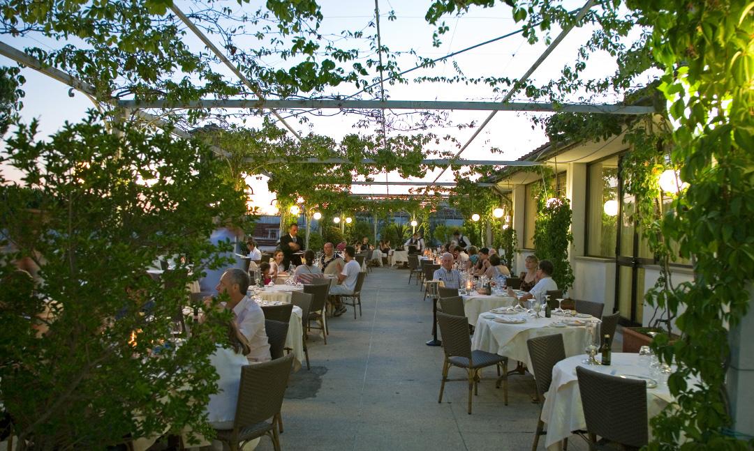 Restaurante no terraço à noite